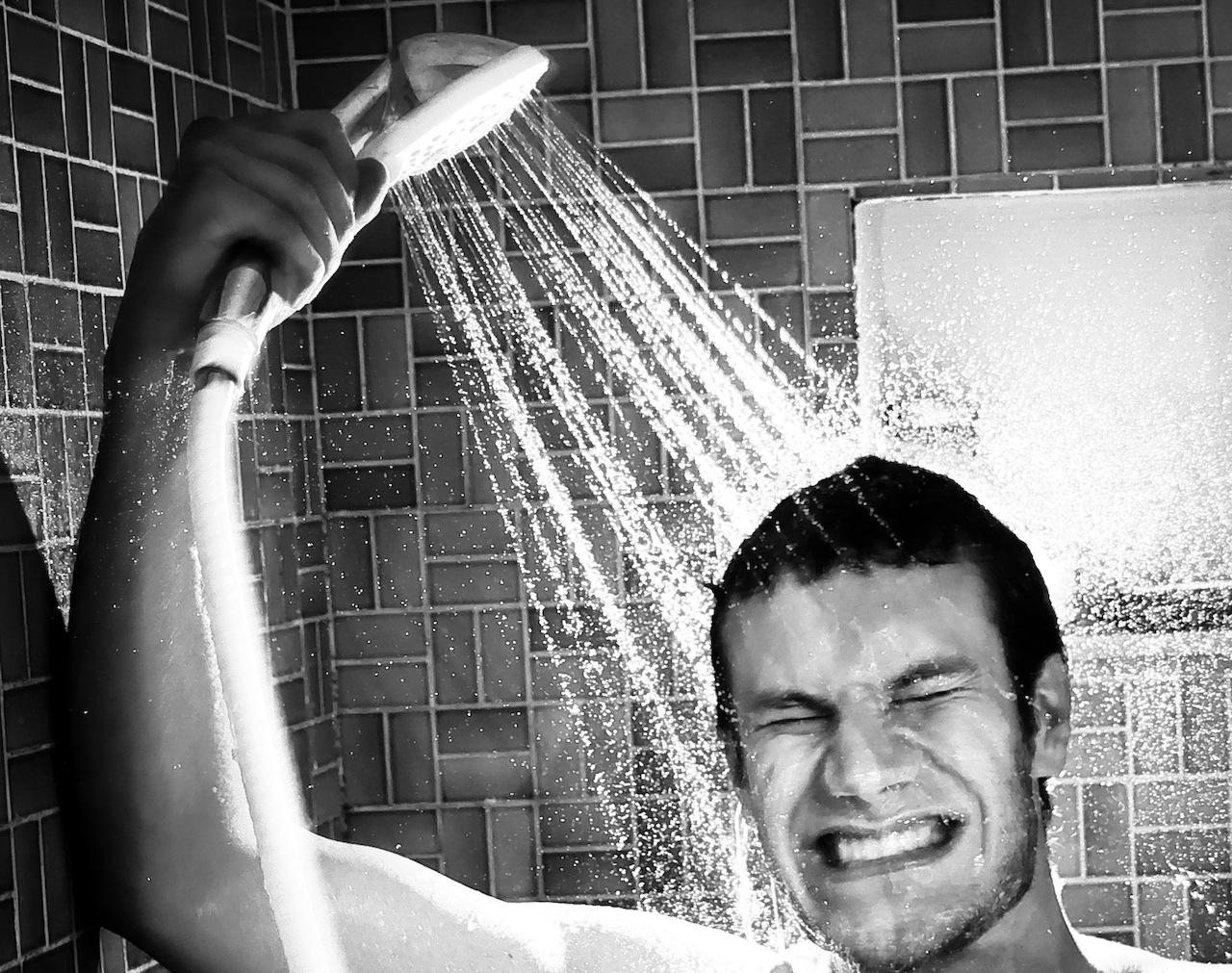 朝シャワーを浴びる